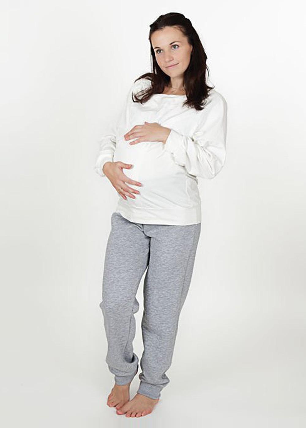 Беременная в спортивном костюме