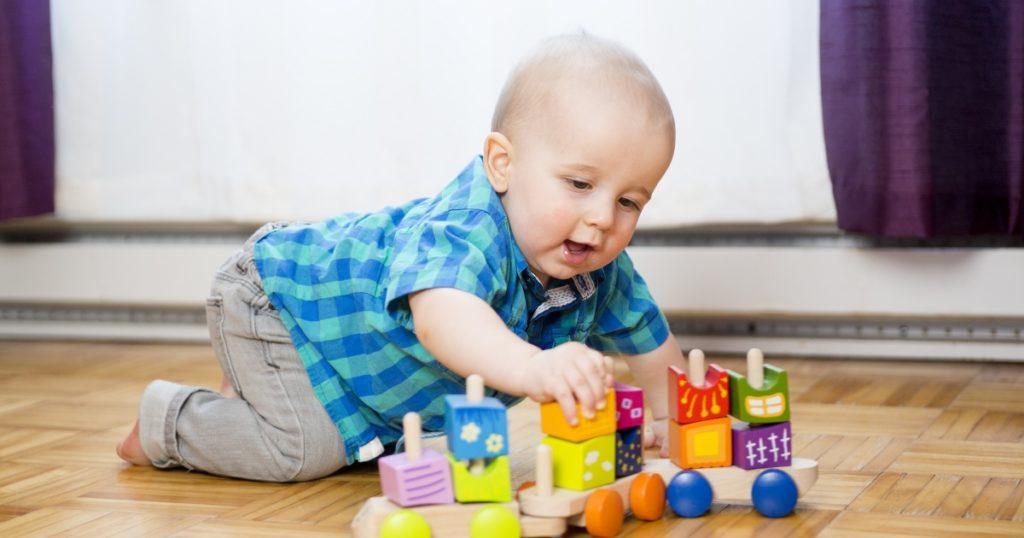Как правильно покупать игрушки для грудничков советы